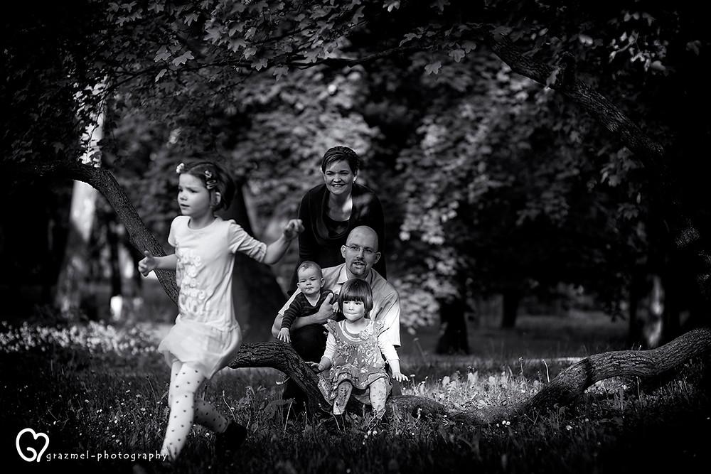 családi séta a parkban, dokumentarista család fotózás