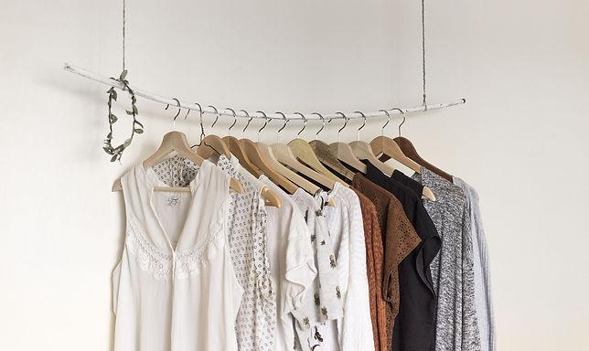 Foto de roupas penduradas em uma arara de roupas