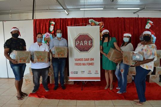 Entrega de alimentos marca o final de ano para famílias de Onda Verde