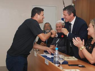 Lona na Lua recebe medalha Leir Moraes