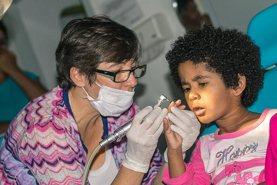 Médica do ILA tratando um menino com deficiência