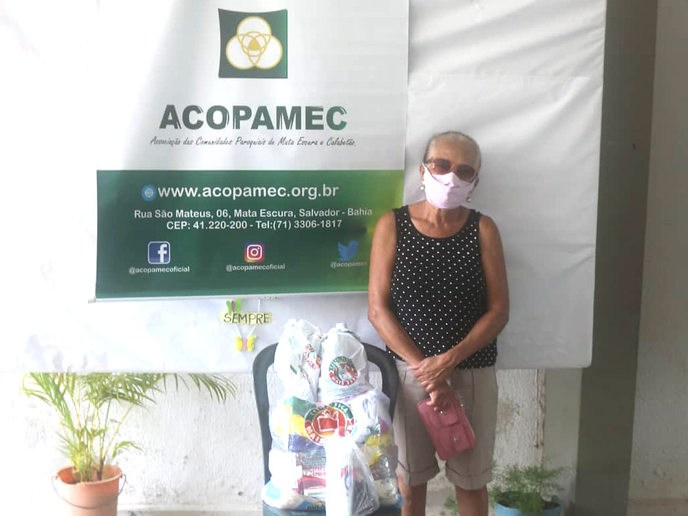 Doação de cestas básicas com alimentos não perecíveis e produtos de higiene e limpeza.