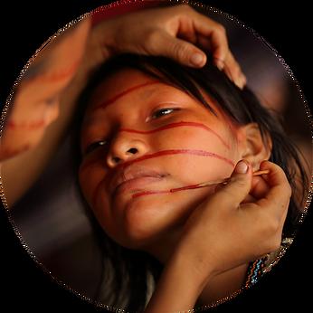Mulheres Yanomami realizando pinturas corporais