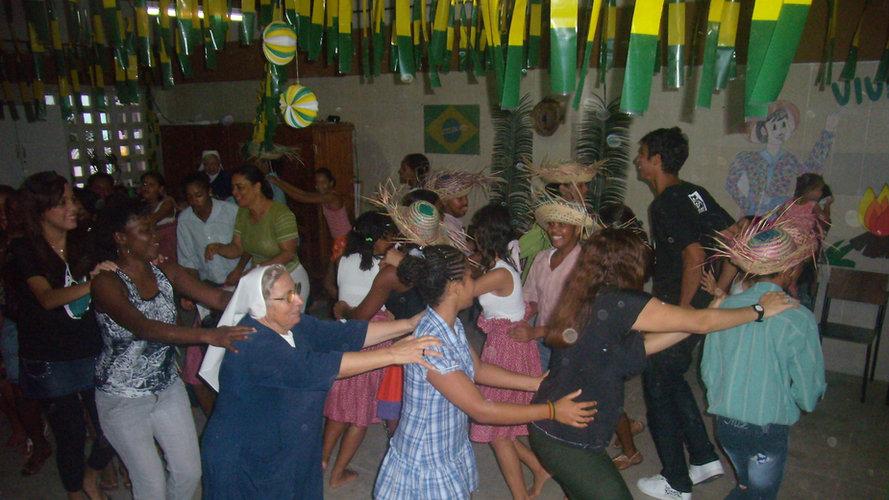 Na Festa Junina, a irmã Raffaela entrou na dança