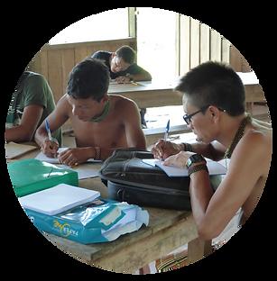 Índios Yanomami escrevendo em cadernos
