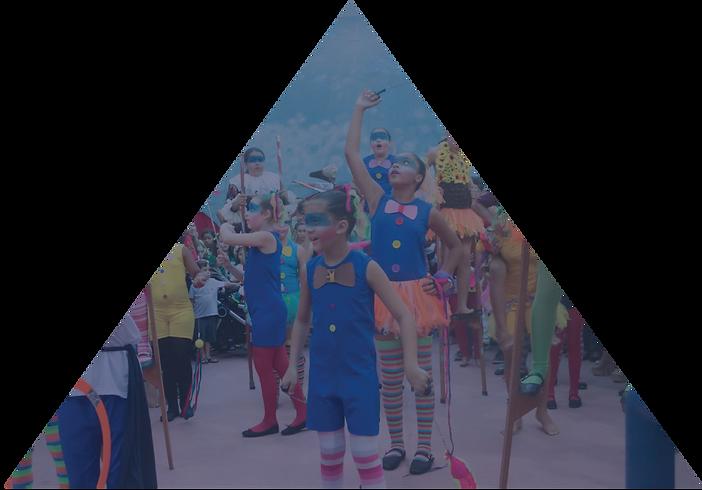 foto de alunos com corte em triângulo