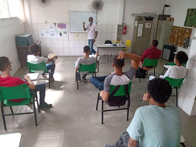 Alunos do curso de elétrica atentos às explicações do instrutor Mauro