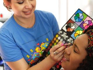 Mulheres recebem produção de maquiagem gratuita na estação Central do MetrôRio