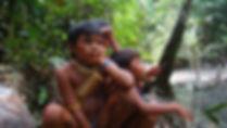 Meninos Yanomami sentados na floresta