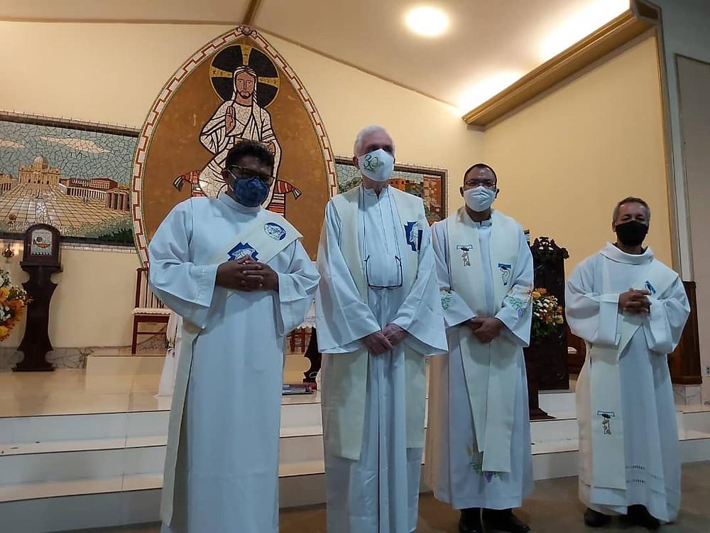 Padre Miguel Ramon celebra com padre Augusto e diácono Gildásio e Itamar