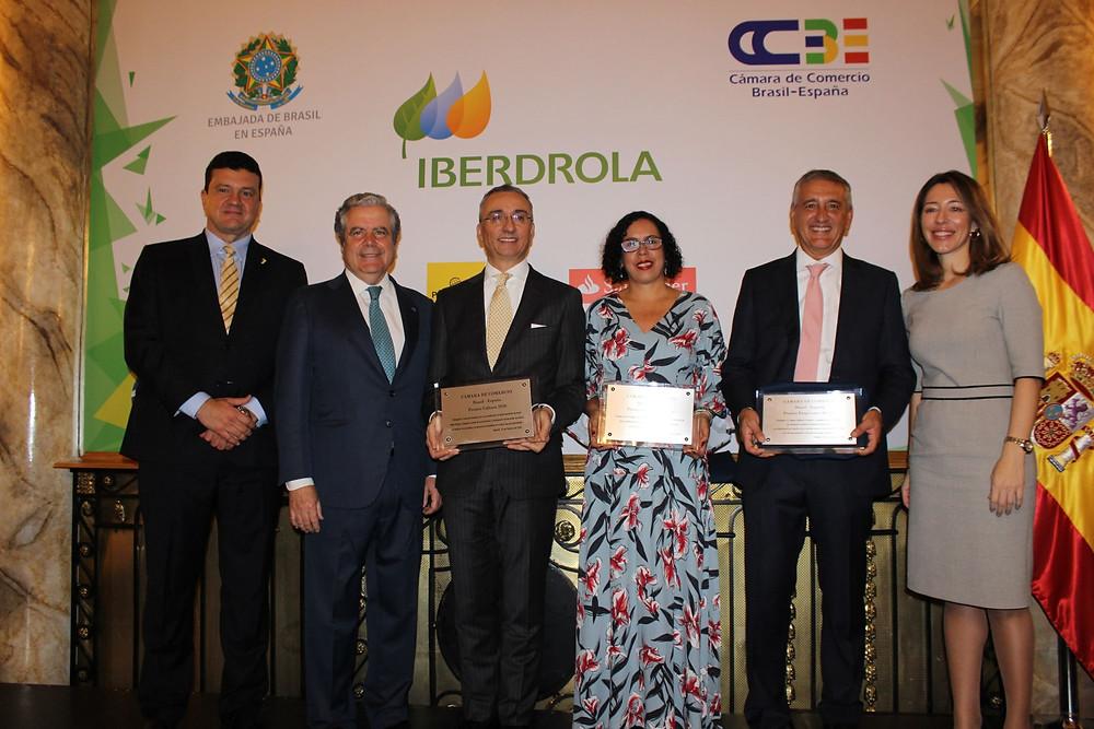 Adriana junto a representantes das entidades premiadas e acompanhados do Ministro - Conselheiro do Brasil na Espanha, Adriano Silva Pucci e do Presidente da Câmara de Comércio, José Gasset Loring.