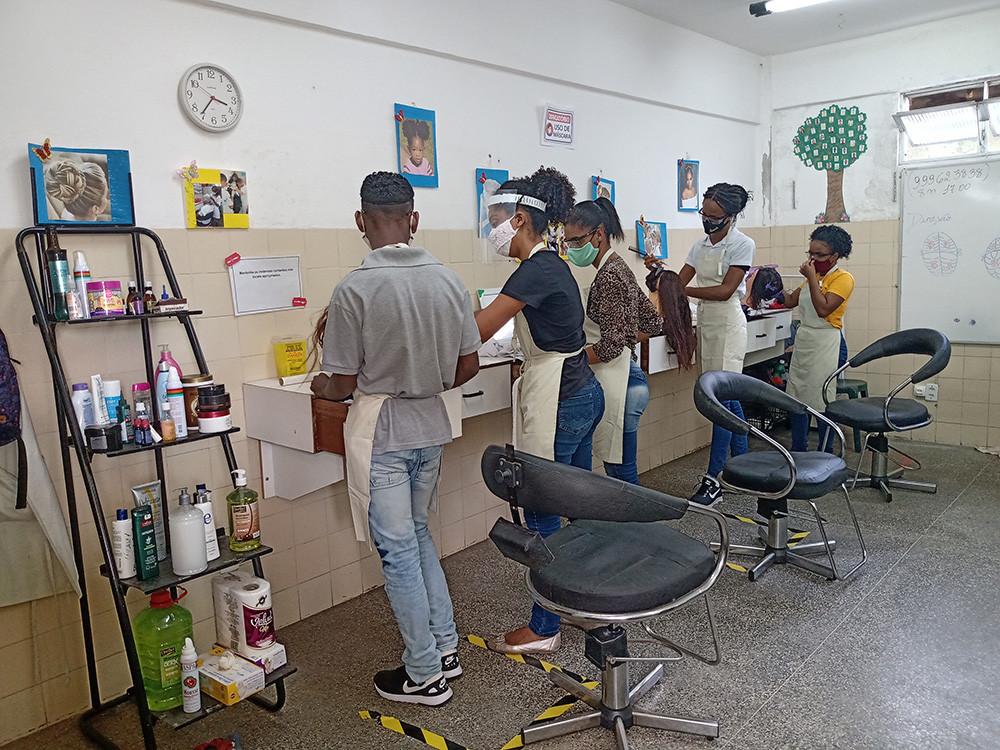 No curso de cabeleireiro os estudantes já praticam o que aprendem