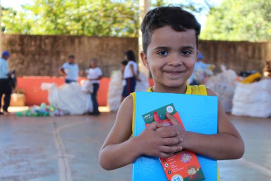Mais de 200 crianças trocaram material reciclável por escolar