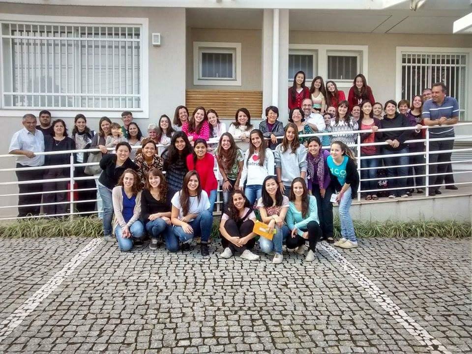Meninas e mulheres da FASC em frente a sede