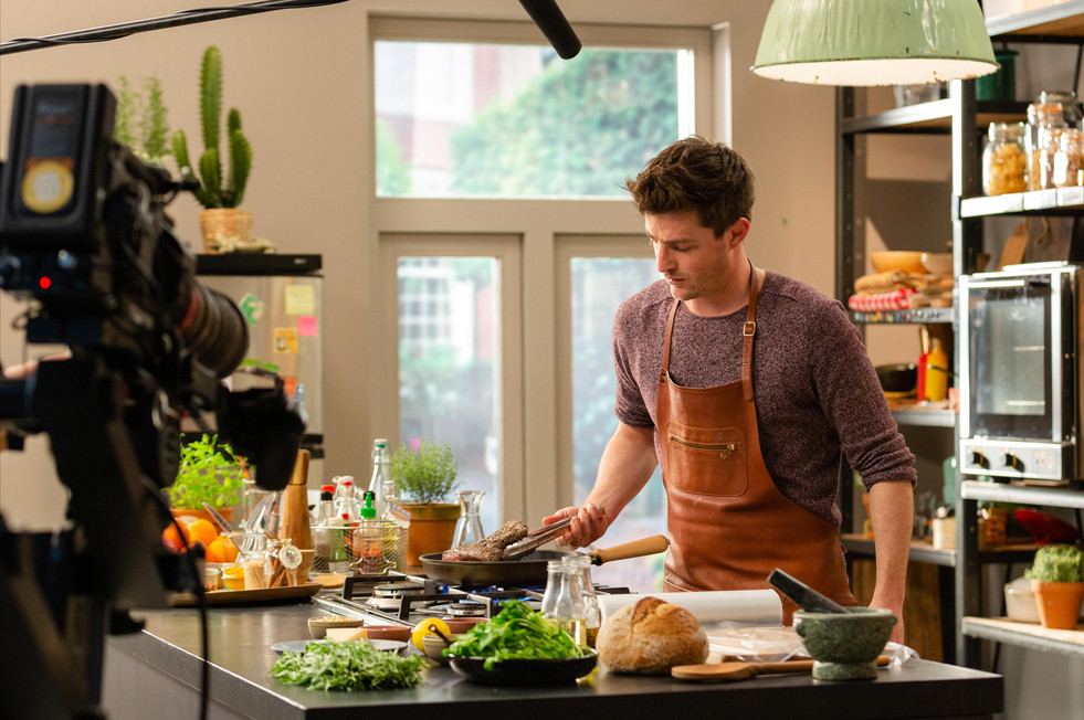 Hugo Kennis Client: 24 Kitchen - Wat Eten We Vandaag TV show Photographer: Rosie Beare Produced by Scrambled