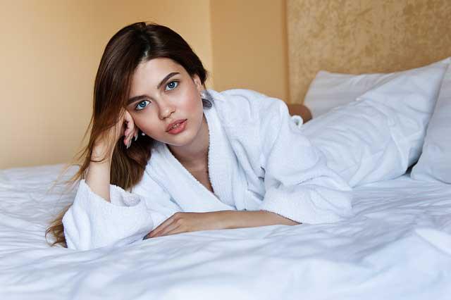 俄罗斯女士在床上