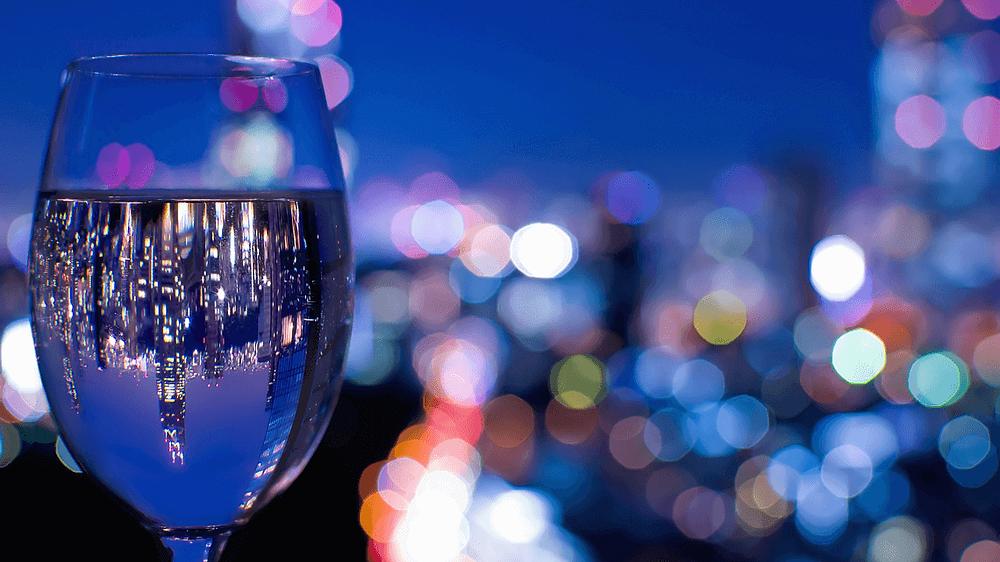来自日本东京柏悦酒店的纽约酒吧的闪闪发光的景色