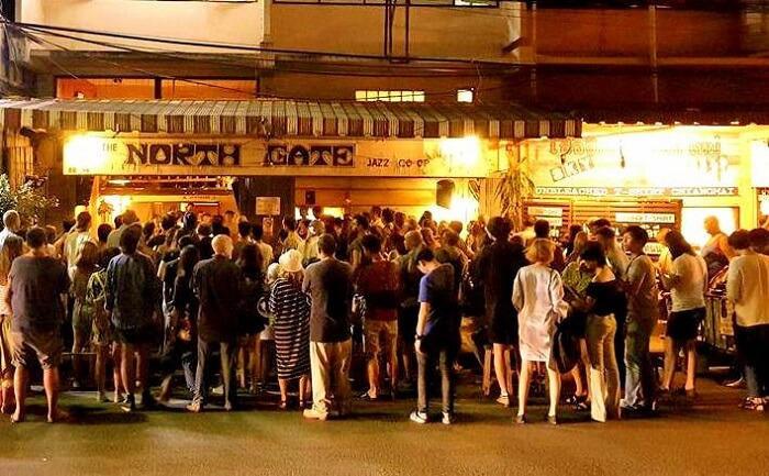 站在Northgate爵士乐外面的人们