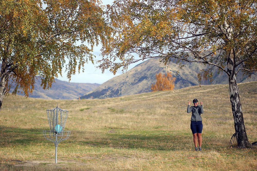 Liene Krastina makes a great putt at Lismore Park DGC, Wanaka.