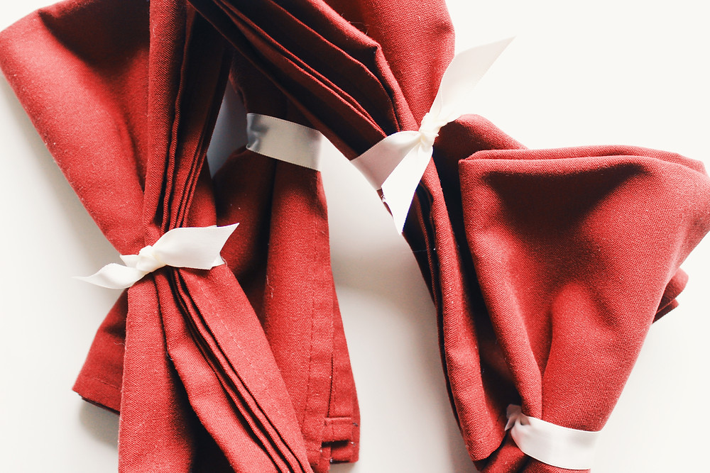 DIY napkin rings made of ribbon.