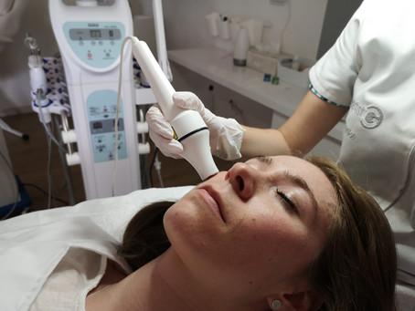 Cum tratam ridurile si pielea flasca? Iata beneficiile tratamentului de radiofrecventa faciala