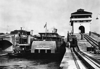 Delta-Queen-in-Panama-Canal.jpg