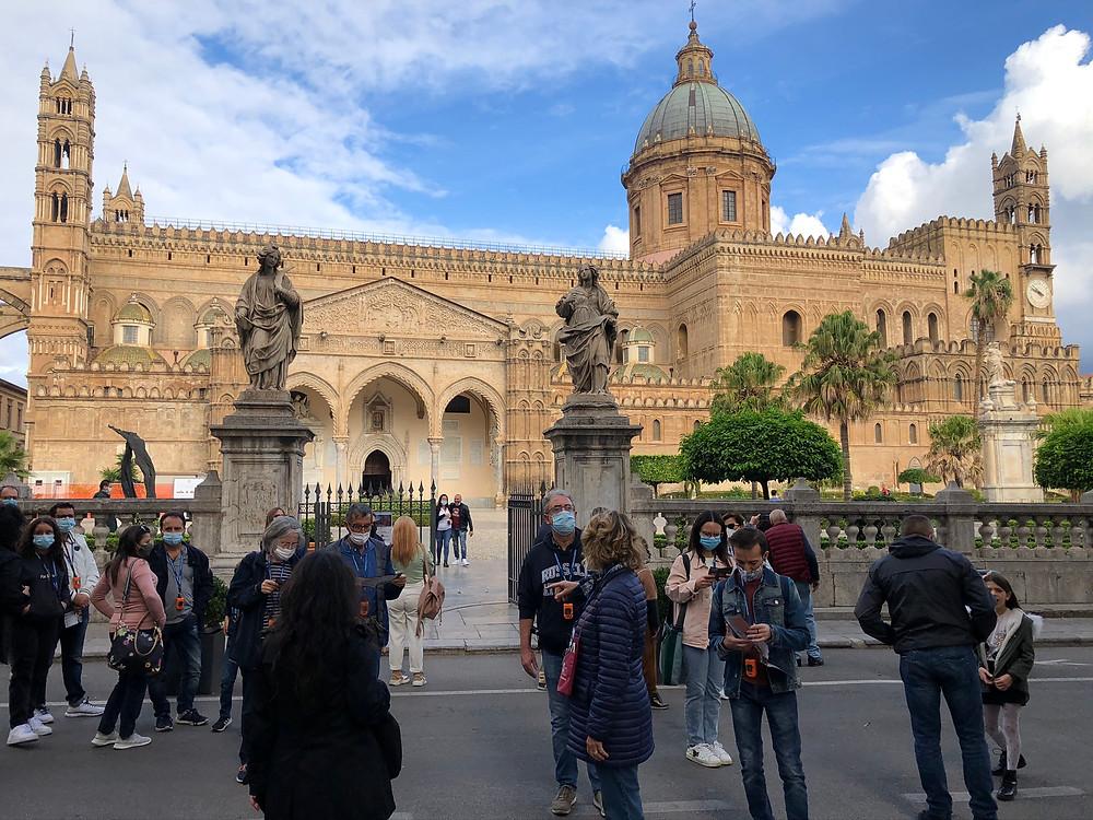 """Una sosta per ammirare la maestosa Cattedrale di Palermo durante la passeggiata dei """"Cavalieri e dei pellegrini"""" curata dai soci Itimed"""