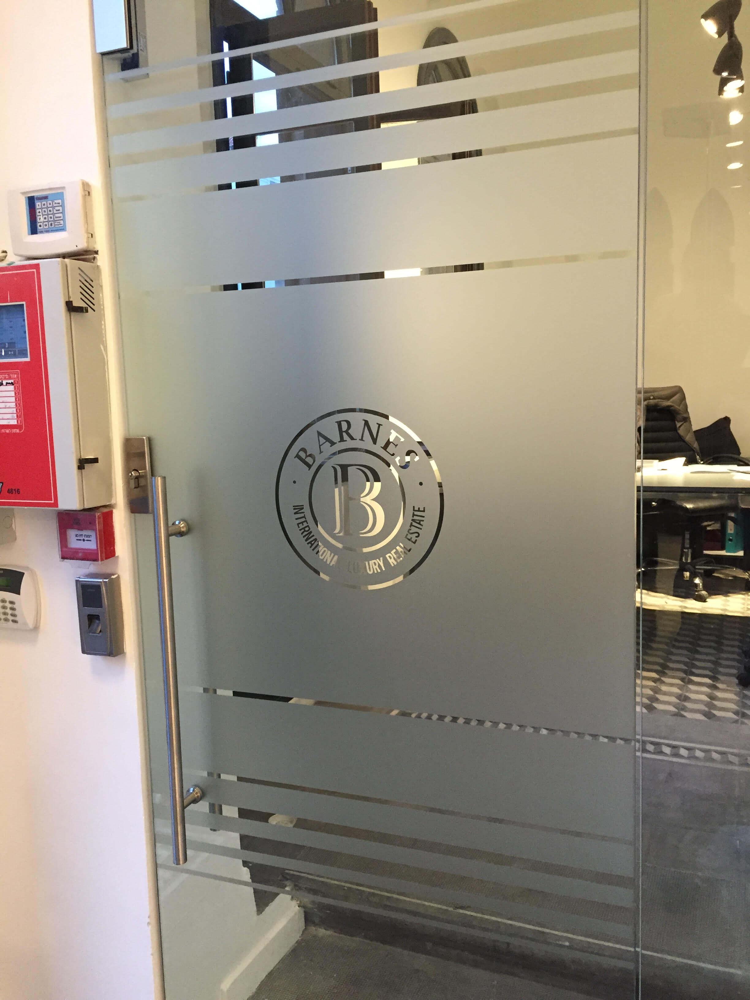 מדבקות לוגו בדלת כניסה