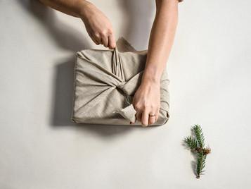 Cadeau's inpakken met stof: zo doe je dat