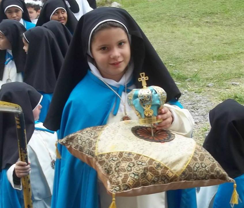 Crianças preparando-se para coroação