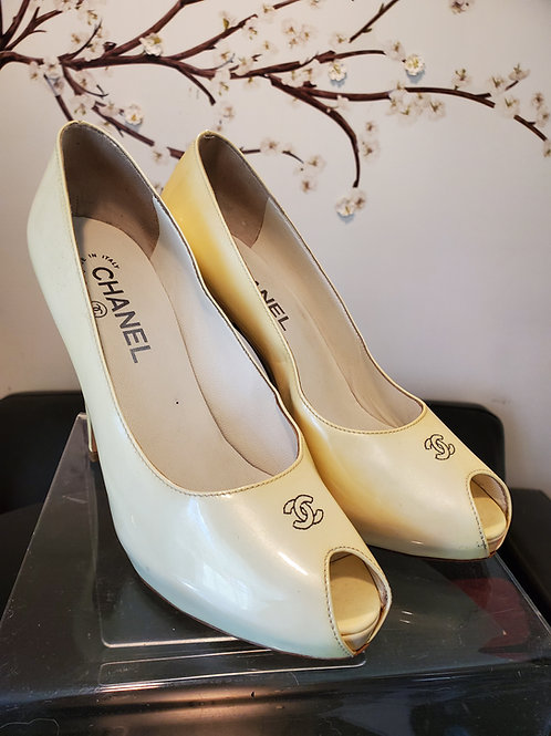 Authentic classic Chanel pump Patten leather cream