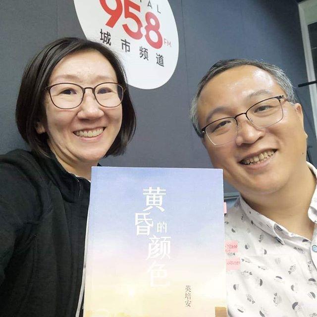 感謝本地作家李青松(右)週五晚在 Mediacorp Capital 958 城