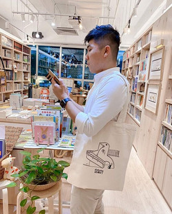 """即日起可在城市書房購買本地作家黃凱德設計 """"達哥打""""的帆布包!存貨有限,先到先得"""