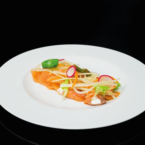 Salmone affumicato con panna acida, insalatina e cetrioli