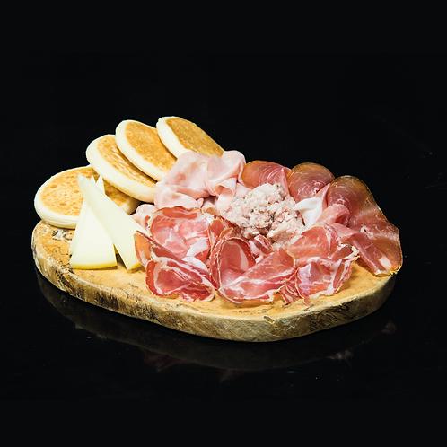 Tigelle con lardo, salumi e formaggi