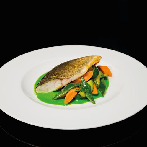 Trancio di spigola con crema di piselli e piccole verdure primaverili