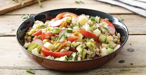 Farro, orzo e riso Venere con verdure primaverili croccanti ed erbe aromatiche