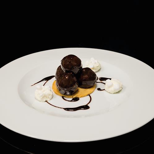 Profiterole al cioccolato su biscotto di nocciole e mandorle