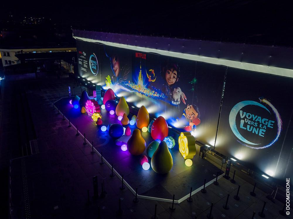 Vue de nuit du dispositif événementielle créé par l'agence Parti Pris pour le lancement du film Over The Moon. Installation sur la terrasse des Galeries Lafayette Hausmann Paris