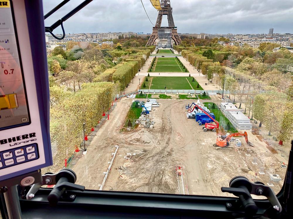 Vue sur le chantier du Grand Palais Éphémère à Paris à partir du poste de pilotage de la grue Médiaco installée sur place