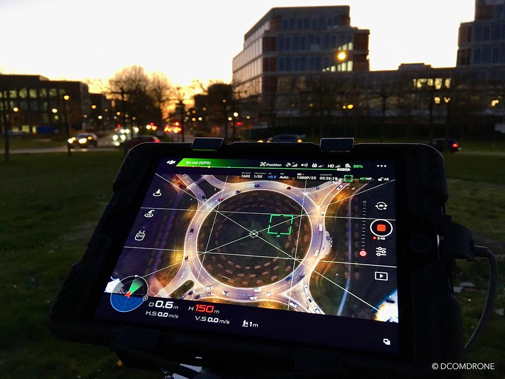 Prise de vue par drone d'un giratoire en ville de nuit