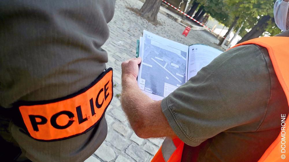Le pilote de drone professionnel doit disposer sur lui des documents qui attestent de sa qualification, de l'homologation des drones qu'il utilise et des autorisations obtenus pour réaliser sa prestation. Contrôle de police dans Paris, France
