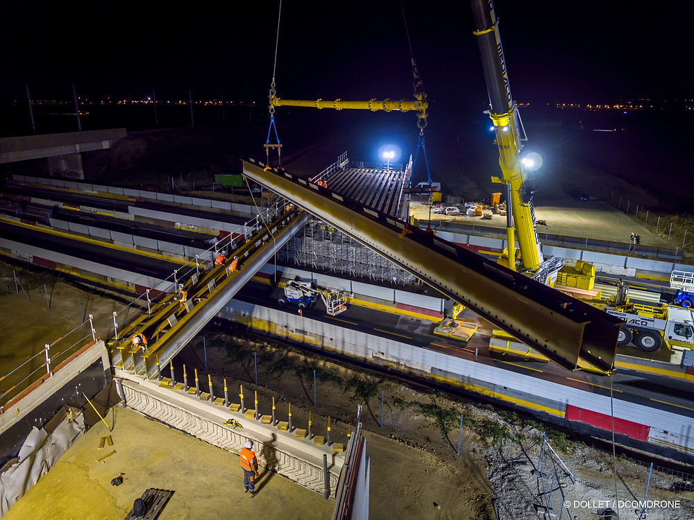 Reportage Photo de nuit d'un chantier de construction. Pose d'un pont rail sur la route nationale 2. Liaison ferroviaire CDG Express entre Paris Gare de l'Est et l'aéroport Roissy Charles-de-Gaule DCOMDRONE