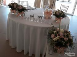 tavolo sposi con scritta in plexi