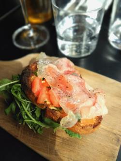 「レ・カイウー」前菜は「トマトとイタリアハムのブルスケッタ」