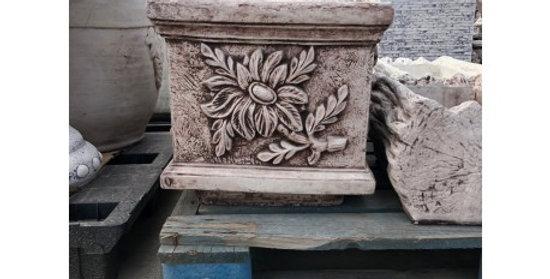 Donica kwadratowa z kwiatem
