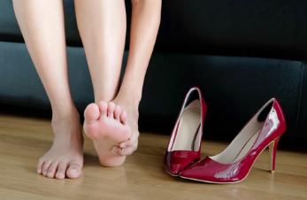 zapatos de tacón y dolor de pies
