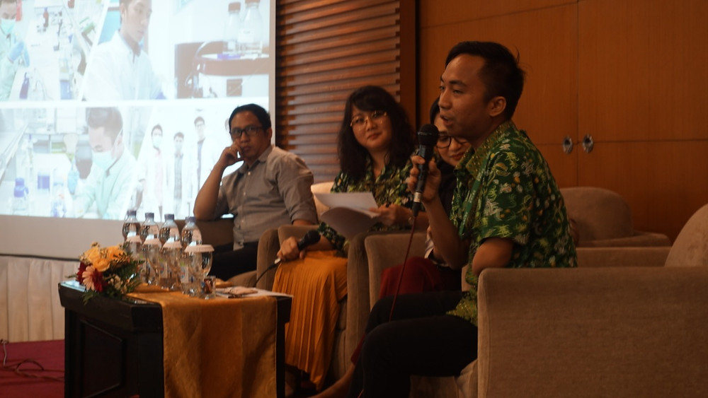 Ditto memegang mic dan bercerita ke audiens
