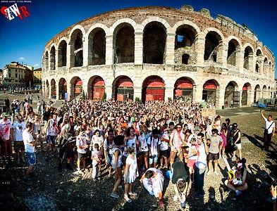 Piazza Bra Verona invasa dagli zombie