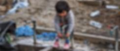 Et barn forsøker å vaske sine små hender i Moria leiren. Foto: Knut Bry